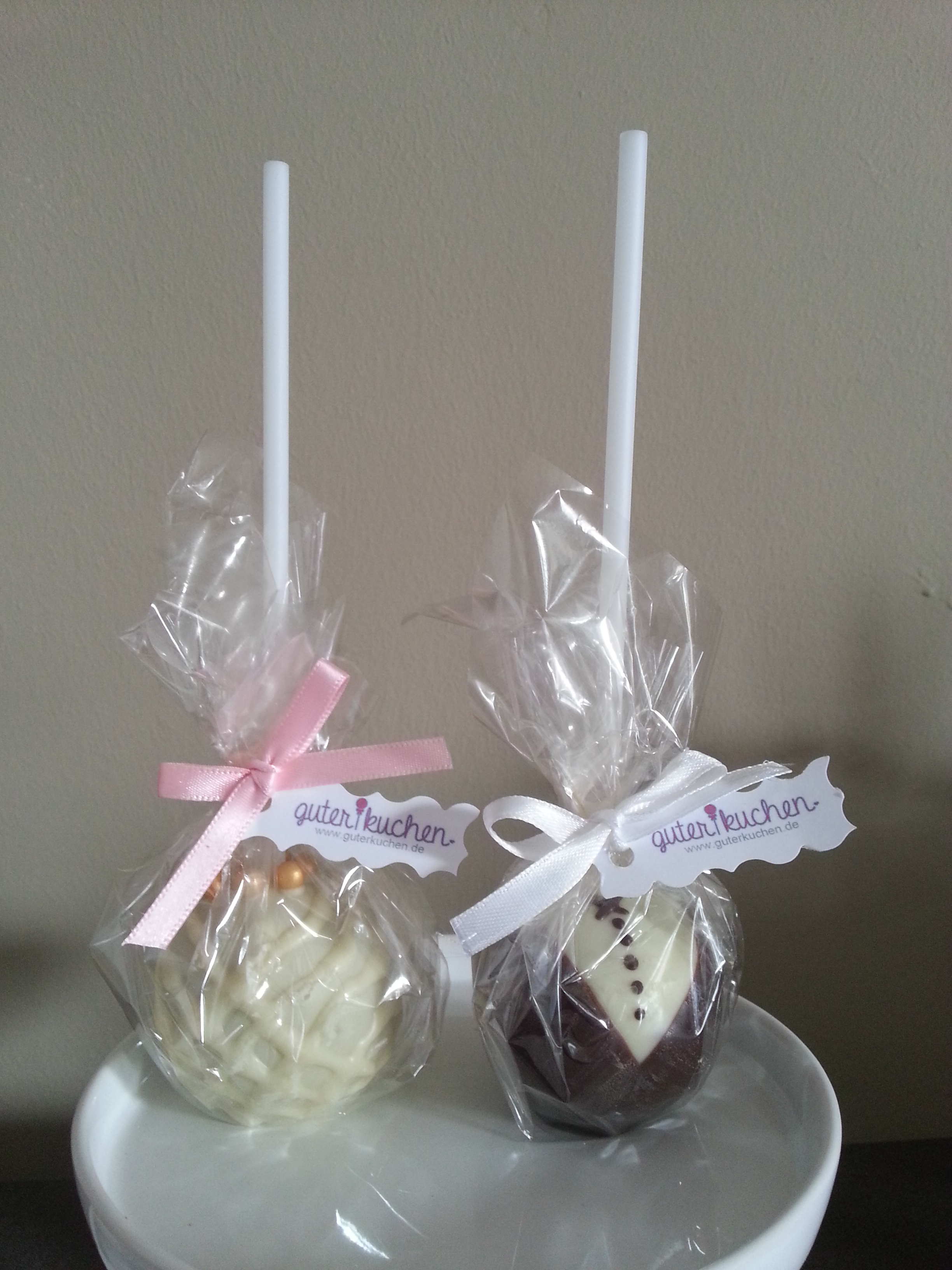 bride and groom cake pops hochzeitsblog two wedding sisters. Black Bedroom Furniture Sets. Home Design Ideas