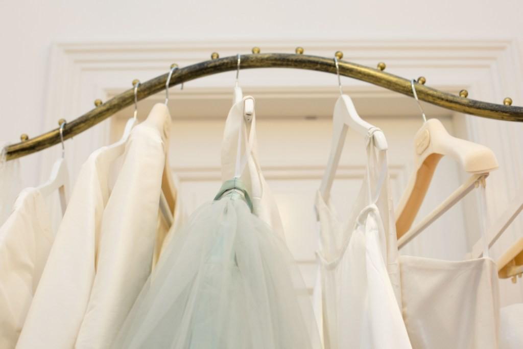 Brautkleider auf der Stange