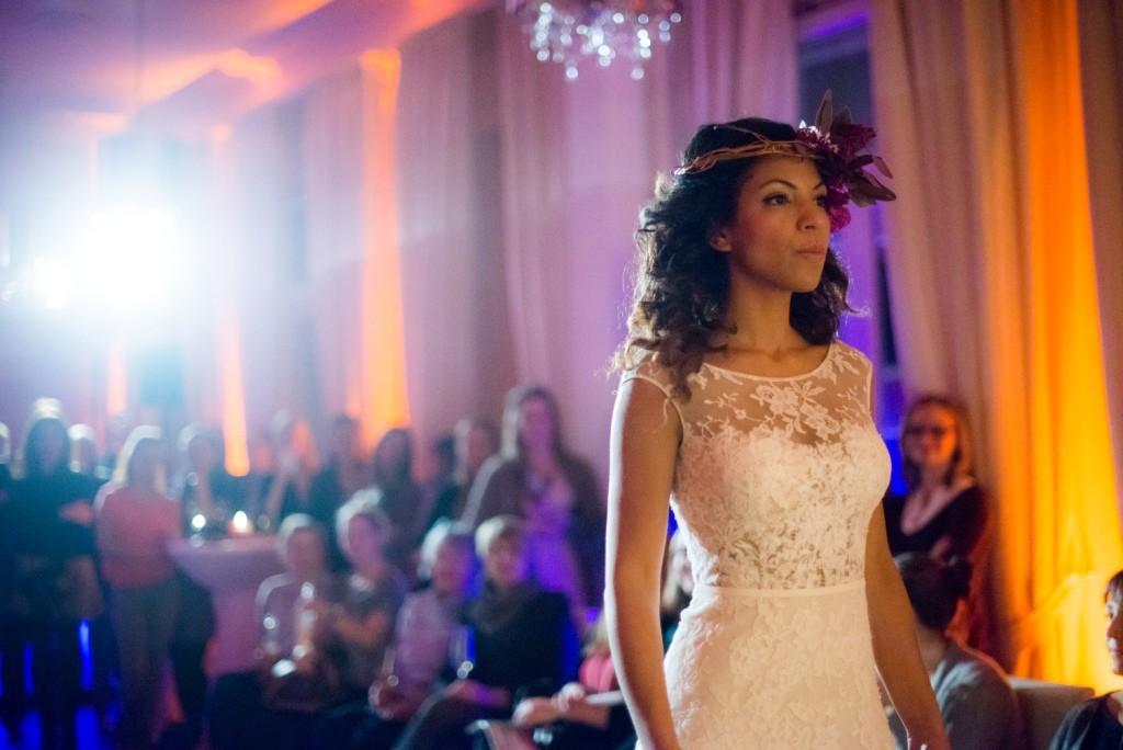 Braut mit einem Kleid von Elbbraut
