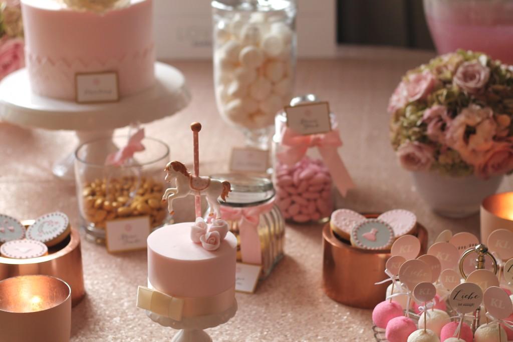 rosa Candy Bar mit kupfernen Elementen