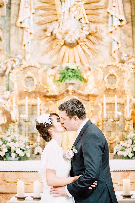Kuss Ehepaar in der Kirche