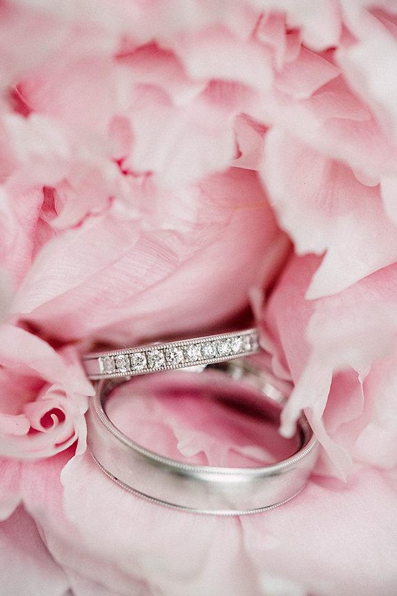 Ringe in rosa Blumen
