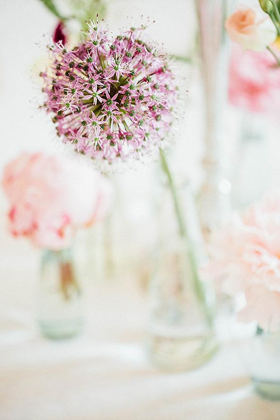 heller Blumenschmuck Hochzeit