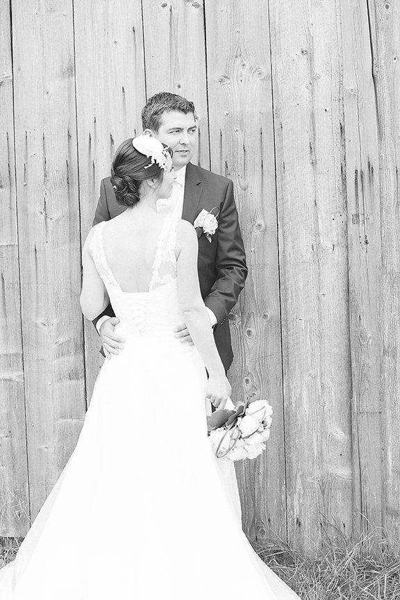 Brautpaar vor Scheune